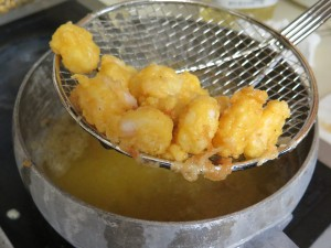 Fresh shrimp in frying oil - IMG_5394_1